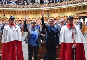 La PDC valaisanne Viola Amherd et la PLR saint-galloise Karin Keller-Sutter prêtent serment après avoir été élues au Conseil fédéral. FLICKR/PARLEMENT.CH