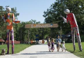 Le comité d'accueil du Parc des épouvantails est constitué de deux créatures géantes. PHOTOS P. LEBEAU