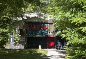 Le Galpon est niché dans un lieu bucolique au pied du Bois-de-la-Bâtie. DR