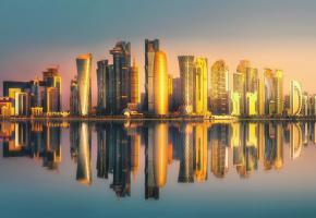 L'extraordinaire et futuriste skyline de Doha au coucher du soleil. 123RF/BOULE13