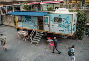 Le Car Bleu, un bus de renseignements installé l'été à la sortie de la gare Cornavin, est destiné aux visiteurs à la recherche d'activités sympas, jeunes et ouvertes. CAR-GE.CH