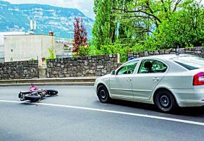 La moto des braqueurs couchée sur la route du Bout-du-Monde. DR