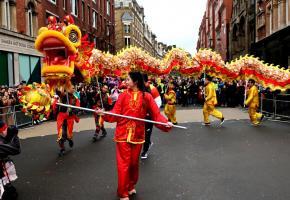 La parade traditionnelle, avec des dragons animés à bout de bâtons, défile jusqu'au quartier des théâtres de la capitale britannique.