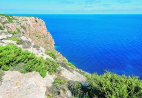 Vue imprenable sur les falaises près du phare de Mola. Les formations rocheuses contribuent grandement à la beauté du littoral.123RF/GABOR KOVACS