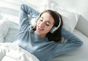 Certains sons aident à se détendre et à s'endormir. 123RF/BELCHONOCK