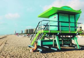 La silhouette des cabanons de maîtres-nageurs est devenue emblématique de Miami Beach.