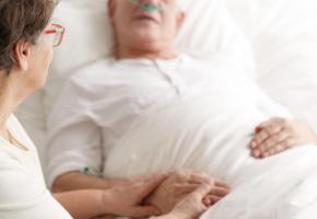 Le patient peut exprimer par écrit sa volonté quant aux soins médicaux qu'il souhaite recevoir ou non dans le cas où il n'aurait plus la capacité de discernement. 123RF/KATARZYNA BIAłASIEWICZ