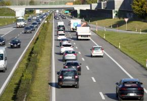 Les voitures squattent la voie de dépassement. Les infractions se multiplient sur l'autoroute, inaugurée en 1964, qui n'est plus adaptée à l'augmentation du trafic. CHRISTIAN BONZON