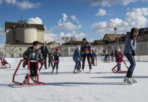 Chaque hiver, la place de la Sardaigne accueille une patinoire qui fait le bonheur des Carougeois. LORIS VON SIEBENTHAL