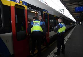 La police des transports en pleine action à Cornavin. STEPHANE CHOLLET