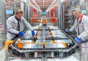 Le soubassement du châssis d'une e-tron d'Audi est tapissé par les batteries. PHOTOS DR