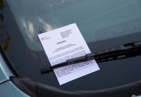 Pour l'heure, les contractuels déposent des flyers informatifs sur les pare-brise. STéPHANE CHOLLET