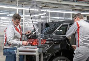 Sur une chaîne de montage d'Audi, des parois en plexiglas séparent les ouvriers. DR
