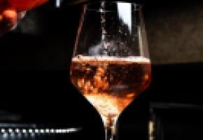 Les vins rosés séduisent d'abord une clientèle jeune et féminine. UNSPLASH