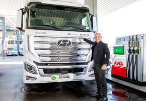 Bertrand Piccard devant l'un des premiers camions Hyundai propulsés à l'hydrogène commandés par Coop et Migros. DR