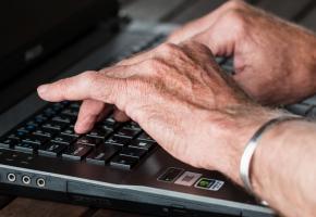 Les seniors s'intéressent toujours plus au monde virtuel. PIXABAY