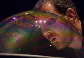 Le temps d'existence limité de chaque bulle et leur inévitable éclatement focalisent le regard du public. BENOIT FACCHI