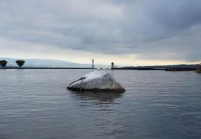 La pierre du Niton, comme sa voisine pierre Dyolin, est un bloc erratique qui ressemble de loin au dos d'une baleine. ETAT DE GENèVE/ROMAN LUSSER