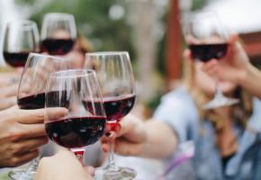 En privilégiant le vin suisse, le consommateur devient un réel acteur du marché. UNSPLASH