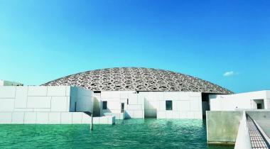 Le Louvre Abu Dhabi, avec sa coupole constituée de huit couches de formes étoilées entrelacées, contribue à augmenter l'attractivité de l'émirat.