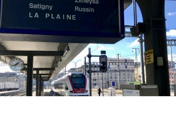 Un train de La Plaine arrivant en gare de Cornavin. Les couacs à répétition mettent les nerfs des usagers à rude épreuve. FRANCIS HALLER
