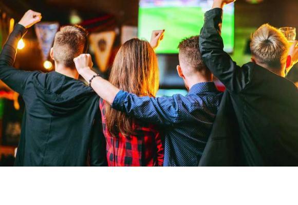 Assister aux matches en compagnie de ses amis, dans des lieux conviviaux. 123RF/SERGIY TRYAPITSYN