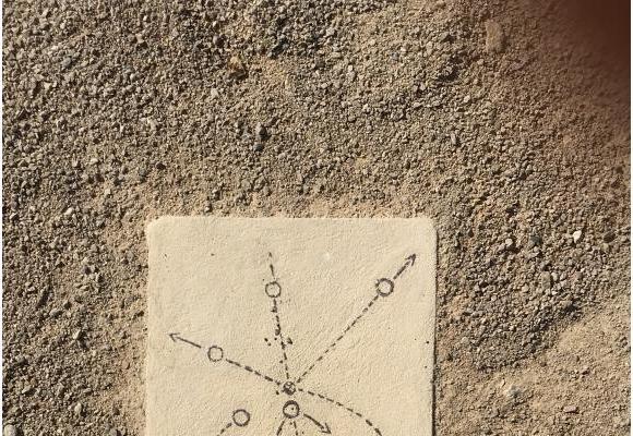 Une des sept plaques de l'œuvre d'Anaïs Balmon s'inspire de la sonde Pioneer. DR