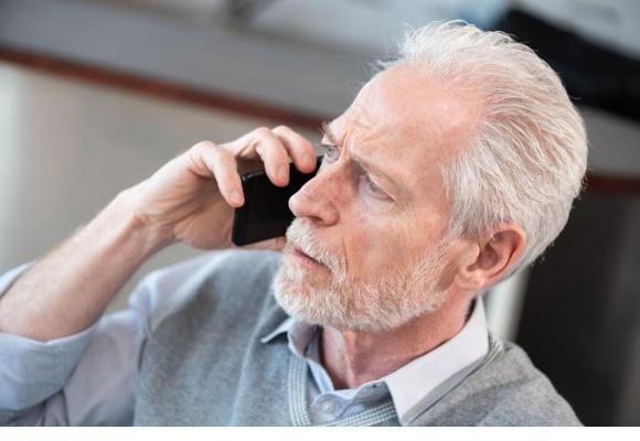 La plupart du temps, les escrocs contactent les seniors par téléphone. 123RF/THODONAL
