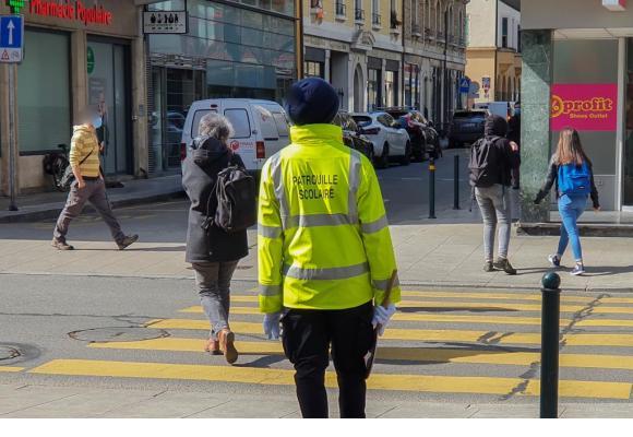 Les patrouilleuses et patrouilleurs sont là pour les enfants, mais ont tout à fait le droit d'aider un adulte à traverser la route s'ils le souhaitent.
