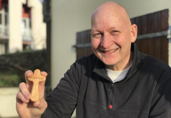 Daniel Pittet montre une des croix en bois: 70'000 ont été distribuées en Suisse en trois mois.