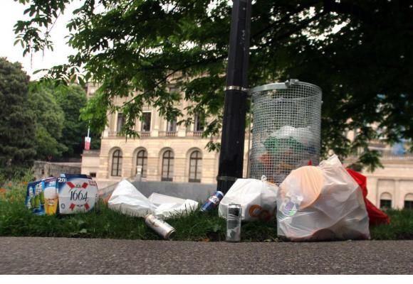 Chaque week-end, les poubelles dans l'espace public souvent débordent. DR