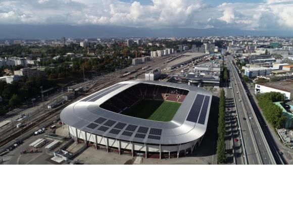 Des panneaux photovoltaïques installés sur le toit du Stade de Genève. FRANçOIS MARTIN/SIG