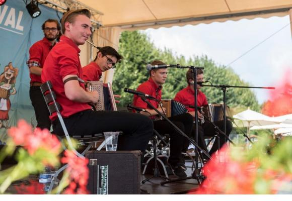 Le Pregny Alp Festival fait vibrer la musique traditionnelle suisse. Dans les groupes, la relève est assurée. PREGNY ALP FESTIVAL