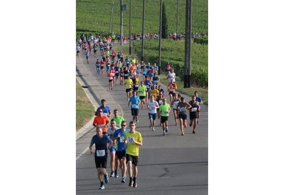 La course à travers  le vignoble genevois attire la foule chaque année. CLAUDE EYRAUD