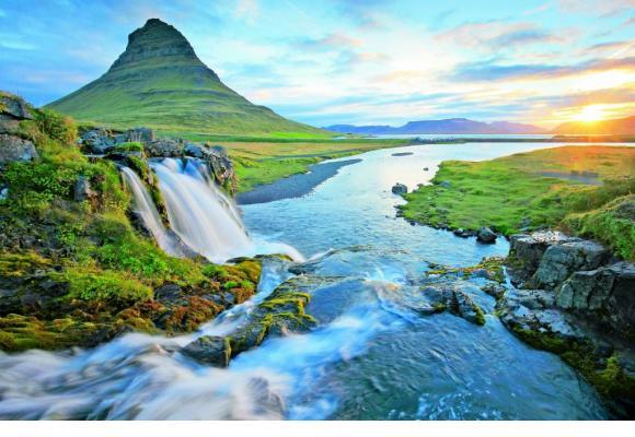 Kirkjufell est une montagne isolée d'Islande.