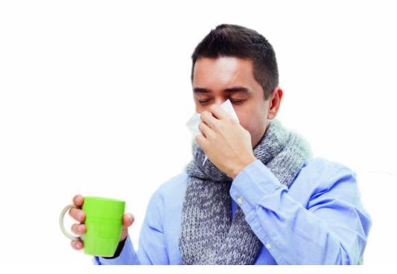 La grippe est souvent confondue avec un refroidissement. 123RF/DOLGACHOV