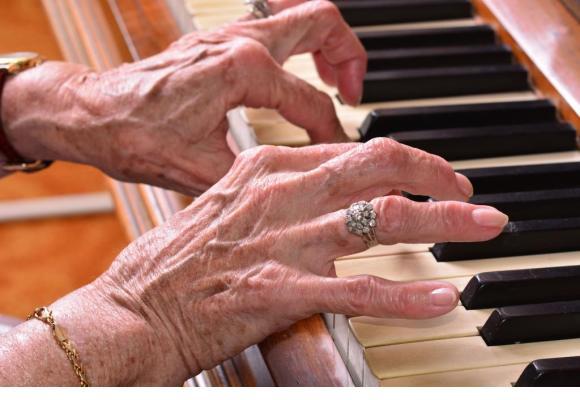 Durant douze mois, des retraités suivront un entraînement intensif de piano. 123RF/DIRK DE KEYSER