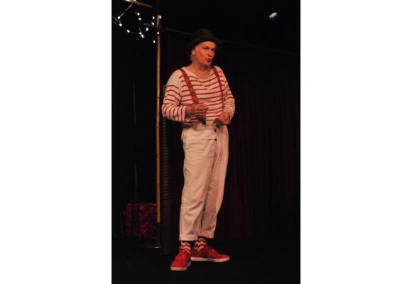 L'humoriste neuchâtelois est de retour sur scène,  après le succès de son dernier one-man-show «Excusez-moi». A.C.DUSS/ATELIERSSUD.CH