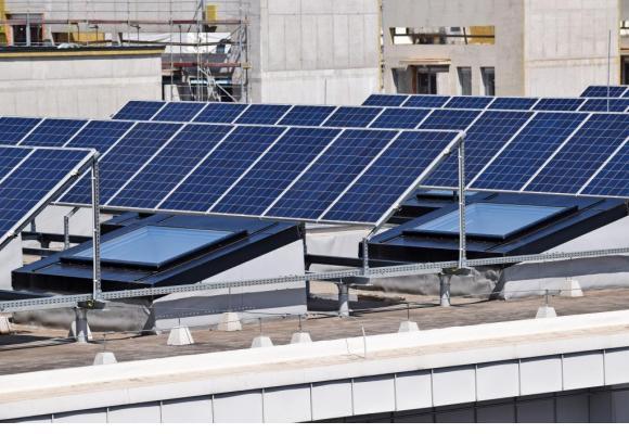 L'Office des bâtiments de l'Etat gère 1700 immeubles où il est possible d'installer  des panneaux photovoltaïques. 123RF/EMALPHOTO