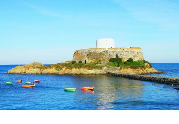 Fort Gris entouré d'une mer calme, par une belle matinée d'automne. 123RF/QUINTIN RAYER