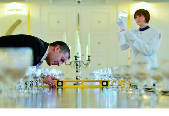 Dans la salle à manger, des couverts royaux placés au millimètre.