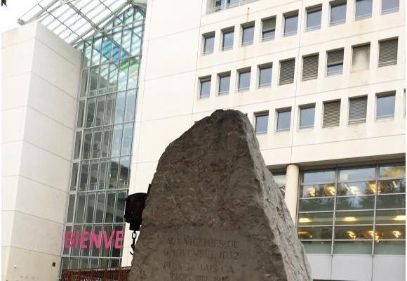 La pierre, qui trônait sur la plaine de Plainpalais depuis 1982, a trouvé sa place  sur l'esplanade d'Uni-Mail (médaillon). DR/AM