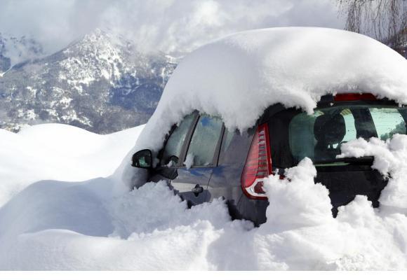 Un bon conseil: dégager la neige sur toute la voiture avant de rouler. 123RF/ RRRAINBOW