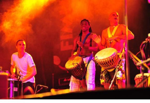 La musique tribale fera vibrer la scène de la rue de la Rôtisserie. DR