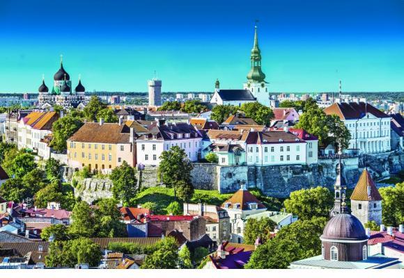Tallinn, la capitale de l'Estonie, avec sa forteresse et ses clochers gothiques. Jusqu'en 1918, elle s'appelait encore Réval.