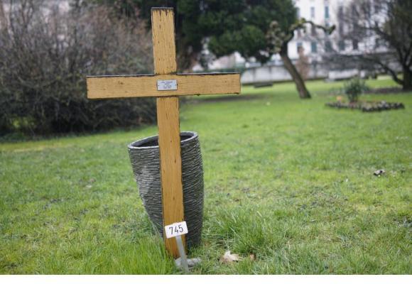 Une simple croix en bois et un vase vide ornent la tombe de Jo-Johnny (en médaillon) au cimetière des Rois. CHRISTIAN BONZON/DR