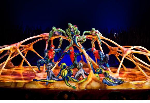 Dans le nouveau spectacle du Cirque du Soleil, les personnages évoluent sur une piste en forme de tortue géante. DR