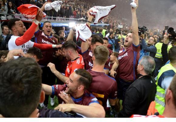 Les joueurs et le public laissent éclater leur joie après le coup de sifflet final vendredi soir au Stade de Genève. STÉPHANE CHOLLET