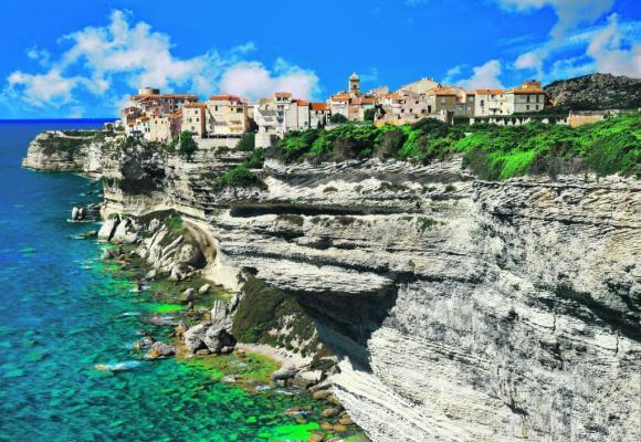 La ville de Bonifacio est posée sur des falaises blanches surplombant la Méditerranée. Epoustouflant! 123RF/FREEARTIST