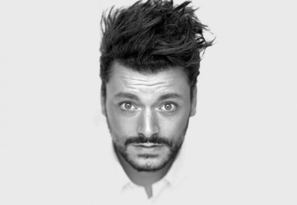 L'humoriste et acteur français continue